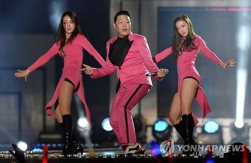 This undated file photo shows South Korean rapper Psy (C). (Yonhap)