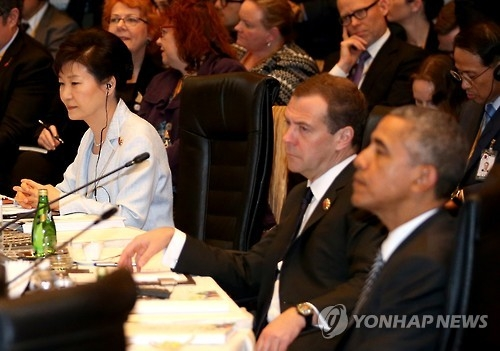 This photo, taken on Nov. 22, 2015, shows President Park Geun-hye (L) attending the East Asia Summit in Kuala Lumpur, Malaysia. (Yonhap)
