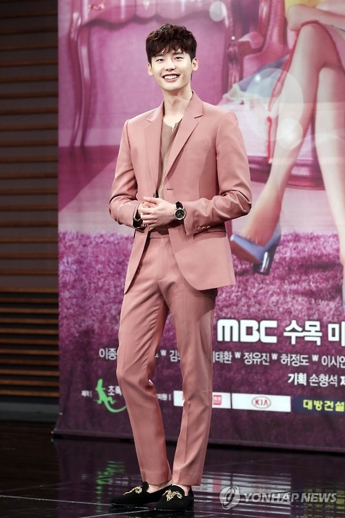 "South Korean actor Lee Jong-suk poses for a photo at a press briefing on his new drama ""W"" on July 18, 2016. (Yonhap)"