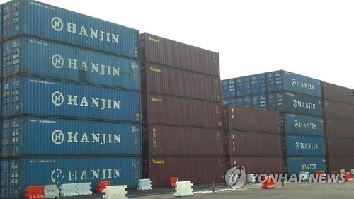 Hanjin Shipping Co.'s container boxes are stacked five high at Busan port in Gyeongsang Province on Sept. 9, 2016. (Yonhap)