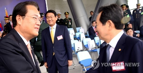 Rep. Chung Jin-suk (L), the floor leader of the ruling Saenuri Party, shakes hands with National Assembly Speaker Chung Sye-kyun at the Gyeryongdae military headquarters in South Chungcheong Province, some 160 kilometers south of Seoul, on Oct. 1, 2016 (Yonhap)