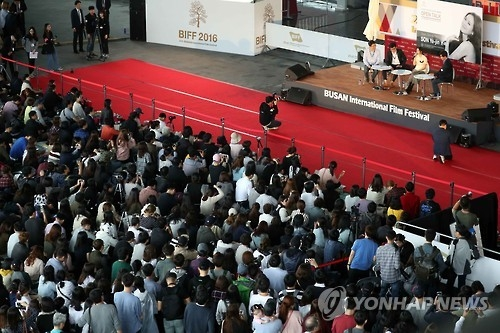 Spectators swarm the open talk session hosted by South Korean actress Son Ye-jin and local news reporters at the 21th Busan International Film Festival (BIFF) in Busan, 450 kilometers southeast of Seoul, on Oct. 8, 2016. (Yonhap)