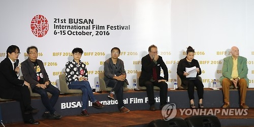 Korean film critic Oh Dong-jin (1st from L) speaks during a special forum at the 21st Busan International Film Festival on Oct. 9, 2016. (Yonhap)