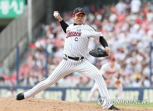 Ryu Jae-kuk of the LG Twins throws a pitch against the Samsung Lions in their Korea Baseball Organization contest in Seoul on Sept. 18, 2016. (Yonhap)