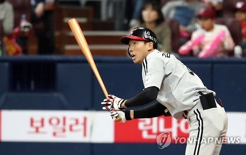Kim Yong-eui of the LG Twins watches his double against the Nexen Heroes in their Korea Baseball Organization postseason game at Gocheok Sky Dome in Seoul on Oct. 13, 2016. (Yonhap)