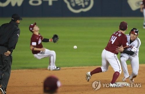 Nexen Heroes' shortstop Kim Ha-seong (L) reacts after making a throwing error in the bottom third in their Korea Baseball Organization (KBO) postseason game against the LG Twins at Jamsil Stadium in Seoul on Oct. 17, 2016. (Yonhap)