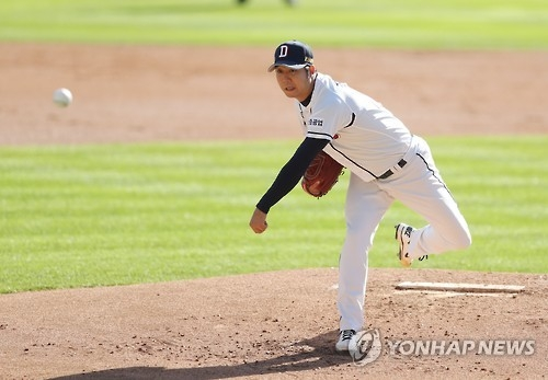 Chang Won-jun of the Doosan Bears throws a pitch against the NC Dinos in Game 2 of the Korean Series baseball game at Jamsil Stadium in Seoul on Oct. 30, 2016. (Yonhap)