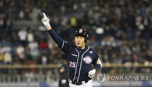 Yang Eui-ji of the Doosan Bears celebrates his solo home run against the NC Dinos in Game 4 of the Korean Series at Masan Stadium in Changwon, South Gyeongsang Province, on Nov. 2, 2016. (Yonhap)
