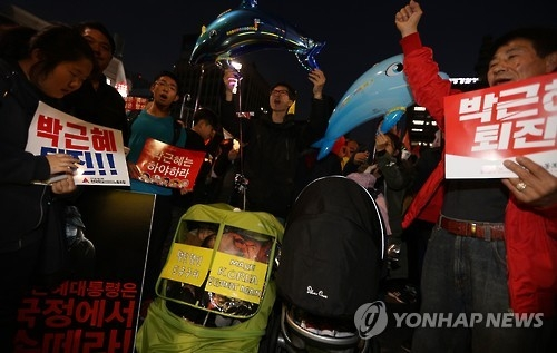 This photo taken on Nov. 12, 2016, shows people demanding President Park Geun-hye's resignation in a candlelight rally over a corruption scandal involving Park's close confidante Choi Soon-sil in Seoul. (Yonhap)