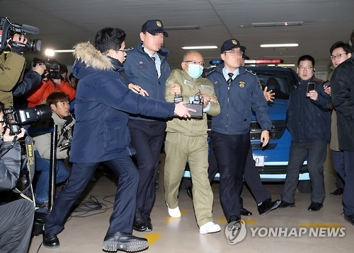Moon Hyung-pyo, head of the National Pension Service, is escorted to the independent counsel's office for questioning in Seoul on Dec. 28, 2016. Moon, former welfare minister, is suspected of influencing the pension fund's decision to support a controversial merger the previous year between Samsung's affiliates. The decision is being investigated as a possible barter in exchange for the group's donations to foundations operated by President Park Geun-hye's confidante. (Yonhap)