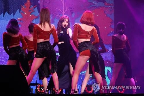 "Seohyun (C) of Girls' Generation showcases her new song ""Magic"" at a media event in Seoul on Jan. 16, 2017. (Yonhap)"