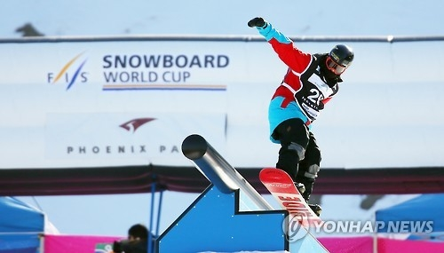 In this file photo taken on Feb. 21, 2016, Brandon Davis of the United States competes in snowboarding slopestyle event at the FIS Snowboard World Cup in PyeongChang, Gangwon Province. (Yonhap)