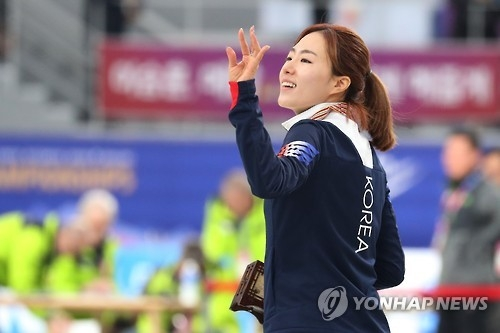 South Korean Lee Sang-hwa waves to the crowd after winning silver in the women's 500m at the International Skating Union World Single Distances Speed Skating Championships in Gangneung, Gangwon Province, on Feb. 10, 2017. (Yonhap)