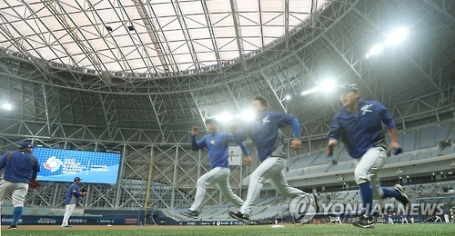 South Korean baseball players put in their final practice before the World Baseball Classic at Gocheok Sky Dome in Seoul on March 5, 2017. (Yonhap)