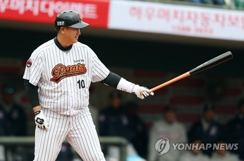 Lee Dae-ho of the Lotte Giants settles into the batter's box in a Korea Baseball Organization preseason game against the Doosan Bears at Sajik Stadium in Busan on March 16, 2017. (Yonhap)