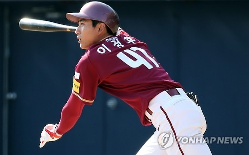 Lee Jeong-hoo of the Nexen Heroes watches his hit against the NC Dinos in their Korea Baseball Organization preseason game at Masan Stadium in Changwon, South Gyeongsang Province, on March 15, 2017. (Yonhap)