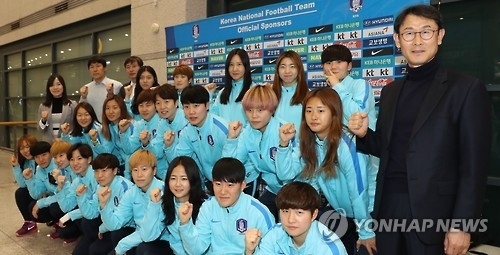 In this file photo taken on March 10, 2017, South Korean women's national football team head coach Yoon Duk-yeo (R) and players pose for a group photo at Incheon International Airport in Incheon after returning from the Cyprus Cup tournament in Cyprus. (Yonhap)