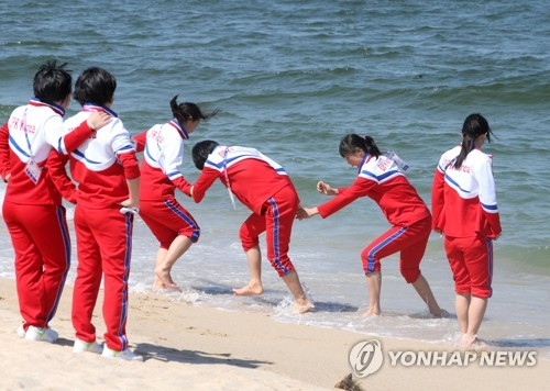 Members of the North Korean women's hockey team play on Gyeongpo Beach in Gangneung, Gangwon Province, on April 3, 2017, on the sidelines of the International Ice Hockey Federation Women's World Championship Division II Group A. (Yonhap)