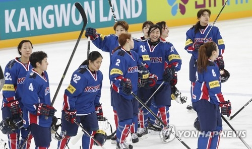 South Korean players celebrate their 8-1 victory over Australia at the International Ice Hockey Federation Women's World Championship Division II Group A at Kwandong Hockey Centre in Gangneung, Gangwon Province, on April 5, 2017. (Yonhap)