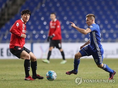 In this file photo taken on March 14, 2017, Ulsan Hyundai forward Mislav Orsic (R) dribbles past Muangthong United midfielder Lee Ho during their AFC Champions League Group E match at Munsu Football Stadium in Ulsan. (Yonhap)