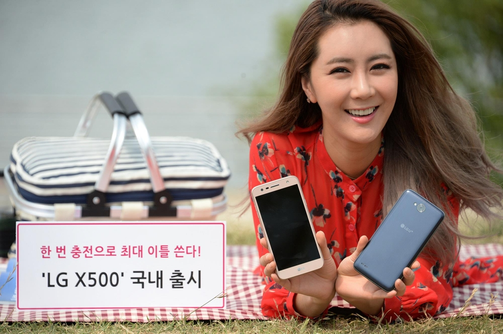 A model poses with the LG X500 smartphone in this photo released by LG Electronics Inc. on June 4, 2017. (Yonhap)