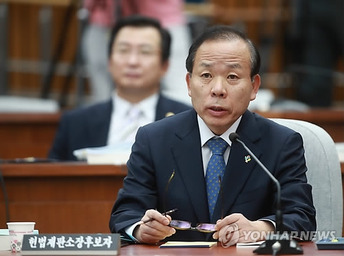 Constitutional Court Chief nominee Kim Yi-su speaks during a parliamentary confirmation hearing at the National Assembly on June 7, 2017. (Yonhap)