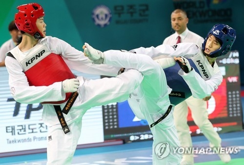 Lee Dae-hoon of South Korea (R) battles Huang Yu-Jen of Chinese Taipeiin the final of the men's under-68kg at the World Taekwondo Federation (WTF) World Taekwondo Championships at T1 Arena in Muju, North Jeolla Province, on June 25, 2017. (Yonhap)