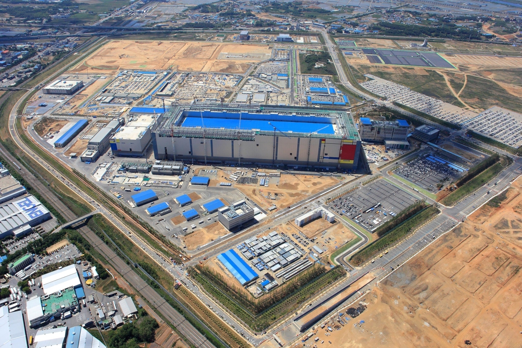 A bird's-eye view of Samsung Electronics Co.'s new chip production line located in Pyeongtaek, south of Seoul (Yonhap)