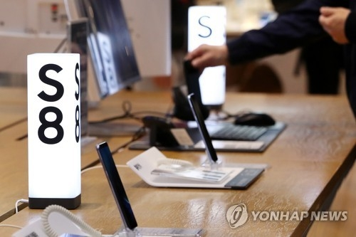 (LEAD) Samsung posts surprise, record-high operating profit for Q2 - 1