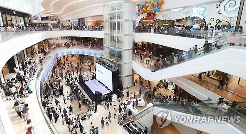 This file photo taken on Sept. 10, 2016, shows the country's largest shopping theme park Starfield in Hanam, southeast of Seoul, crowded with visitors. (Yonhap)
