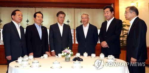 President Moon Jae-in (third from L) listens to remarks from Yang Sung-tae (fourth from L), chief justice of the Supreme Court, in a meeting at the presidential office, Cheong Wa Dae, in Seoul on July 12, 2017. The meeting also involved Prime Minister Lee Nak-yon (second from R) and National Assembly Speaker Chung Sye-kyun (second from L). (Yonhap)