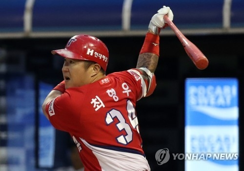 In this file photo taken on June 23, 2017, Choi Hyoung-woo of the Kia Tigers gets a base hit against the NC Dinos in the teams' Korea Baseball Organization game at Masan Stadium in Changwon, South Gyeongsang Province. (Yonhap)