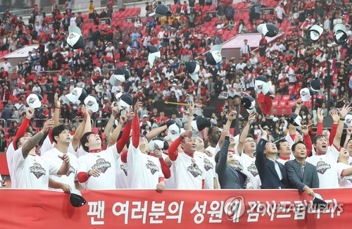 Members of the Kia Tigers celebrate clinching their Korea Baseball Organization regular season title after a 10-2 victory over the KT Wiz at KT Wiz Park in Suwon, Gyeonggi Province, on Oct. 3, 2017. (Yonhap)