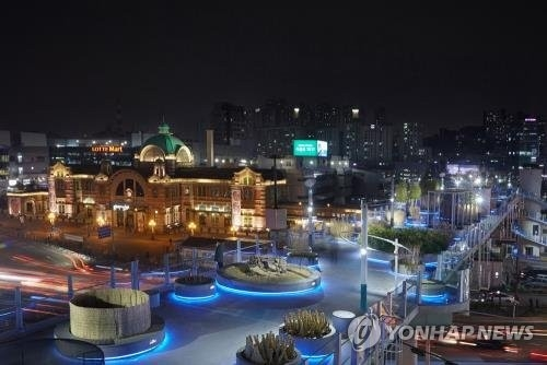 This photo provided by the Ministry of Culture, Sports and Tourism on Dec. 1, 2017, shows Seoullo 7017 at night. (Yonhap)