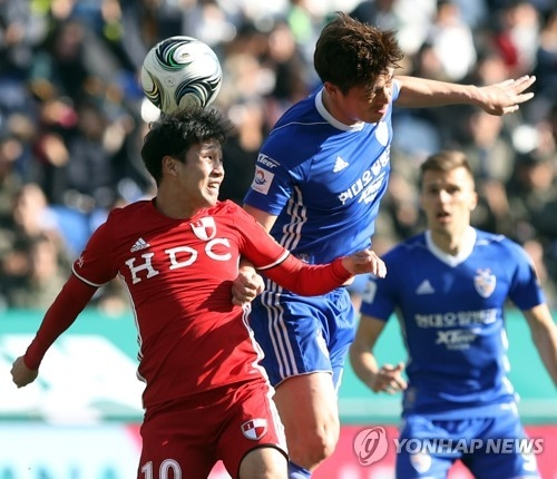 Ulsan Hyundai midfielder Kim Sung-hwan (R) vies for the ball against Busan IPark forward Park Jun-tae during the second leg of the Korea Football Association Cup final at Munsu Football Stadium in Ulsan on Dec. 3, 2017. (Yonhap)