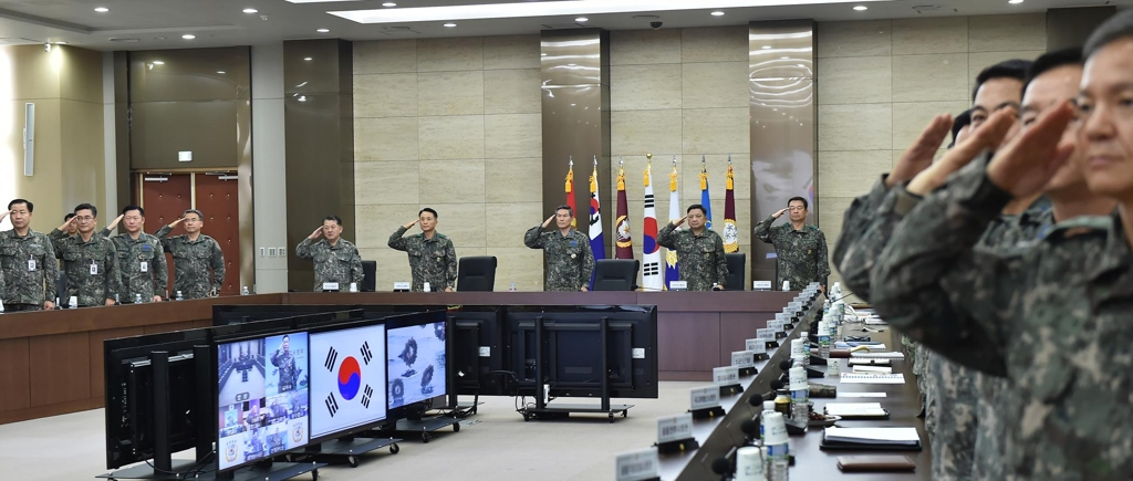 Gen. Jeong Kyeong-doo, chairman of the Joint Chiefs of Staff (JCS), and other top commanders salute the national flag at the start of their meeting in Seoul on Dec. 8, 2017, in this photo provided by the JCS. (Yonhap)