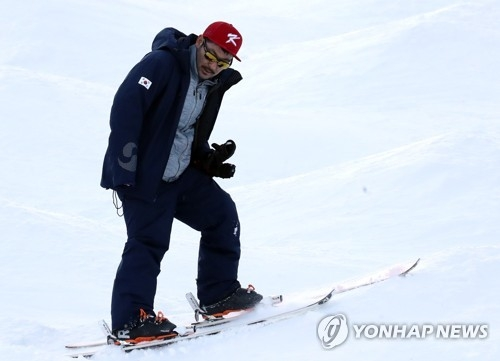This file photo taken on Feb. 3, 2018, shows South Korea national mogul skiing team coach Toby Dawson on a slope at a ski resort in Hoengseong County in Gangwon Province. (Yonhap)