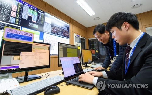 A cybersecurity worker checks the central control system at PyeongChang Olympic Plaza in PyeongChang, the host city of the Winter Olympics, on Feb. 4, 2018, in this photo provided by the Presidential Security Service. (Yonhap)