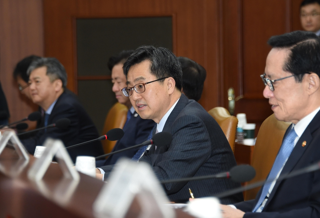 Finance Minister Kim Dong-yeon (C) speaks during an economy-related ministers meeting in Seoul on March 9, 2018. (Yonhap)