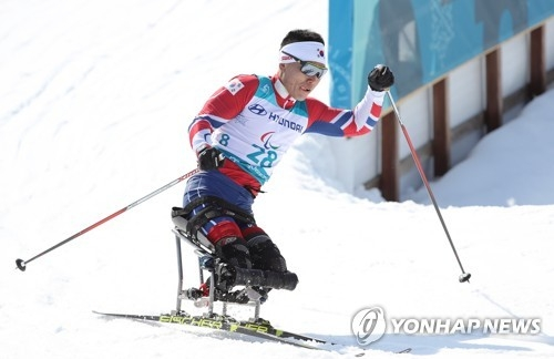 Sin Eui-hyun of South Korea competes in the men's 15-kilometer sitting cross-country skiing event at the PyeongChang Winter Paralympic Games at Alpensia Biathlon Centre in PyeongChang, some 180 kilometers east of Seoul, on March 11, 2018. (Yonhap)