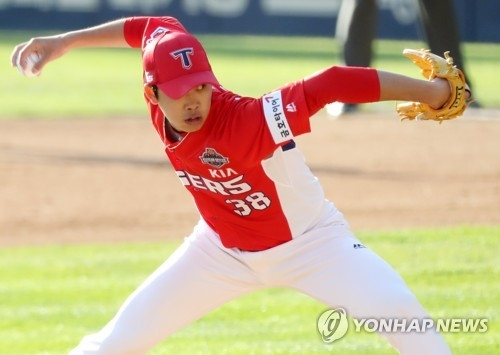 In this file photo, taken on Oct. 29, 2017, Im Gi-yeong of the Kia Tigers throws a pitch against the Doosan Bears in the bottom of the sixth inning in Game 4 of the Korean Series at Jamsil Stadium in Seoul. (Yonhap)