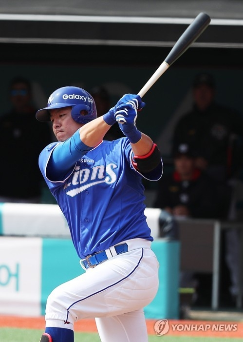 In this file photo from March 13, 2018, Kang Min-ho of the Samsung Lions takes a swing against the KT Wiz in a Korea Baseball Organization preseason game at KT Wiz Park in Suwon, 45 kilometers south of Seoul. (Yonhap)