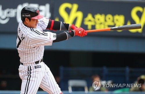 Yoo Kang-nam of the LG Twins delivers an RBI double against the KT Wiz during the bottom of the first inning of a Korea Baseball Organization regular season game at Jamsil Stadium in Seoul on April 15, 2018. (Yonhap)