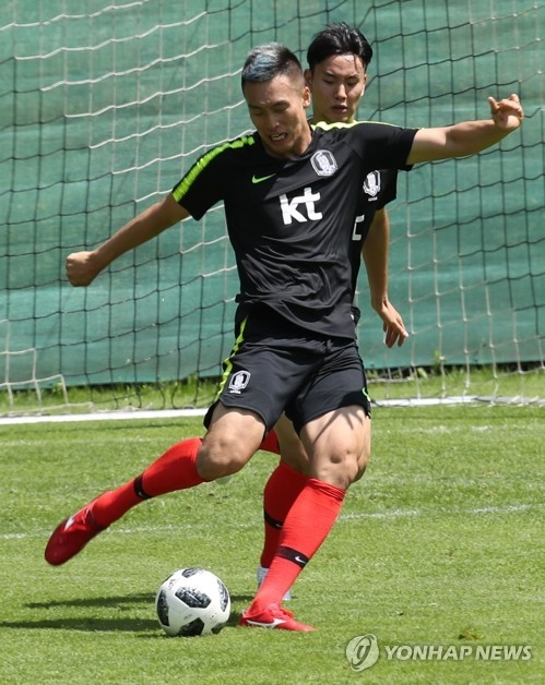 This file photo taken on June 5, 2018, shows South Korea national football team striker Kim Shin-wook during training in Leogang, Austria. (Yonhap)