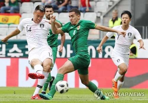 South Korean forward Kim Shin-wook (L) battles Luis Haquin of Bolivia for the ball during their friendly match at Tivoli-Neu Stadium in Innsbruck, Austria, on June 7, 2018. (Yonhap)