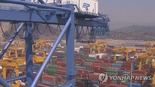 Containers ready to be shipped at a port in South Korea (Yonhap)