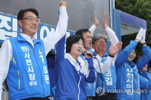 This photo, taken June 11, 2018, shows Choo Mi-ae (C) appealing for voter support ahead of the June 13 local elections. (Yonhap)