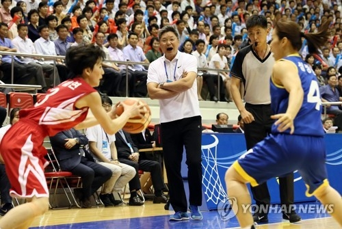 In this Joint Press Corps photo, South Korean head coach Lee Moon-kyu (2nd from L) directs his players during a friendly basketball game against North Korea at Ryugyong Chung Ju-yung Gymnasium in Pyongyang on July 5, 2018. (Yonhap)