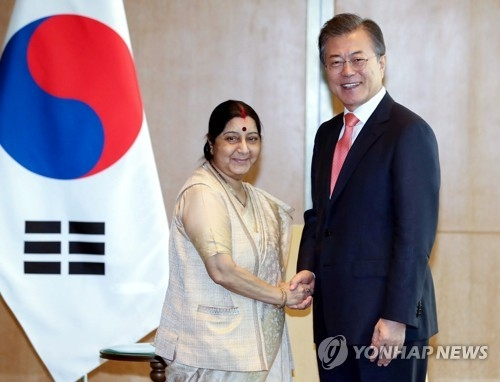 South Korean President Moon Jae-in (R) shakes hands with Indian Foreign Minister Sushma Swaraj at the start of their meeting in New Delhi on July 9, 2018. The South Korean president is on a four-day state visit to India that will later include a bilateral summit with Indian Prime Minister Narendra Modi. (Yonhap)