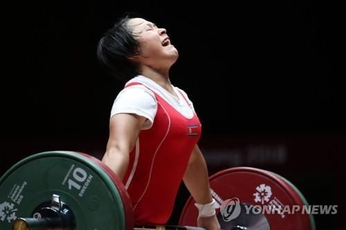 North Korean weightlifter Ri Song-gum competes in the women's 48kg weightlifting competition at the 18th Asian Games at Jakarta International Expo in Jakarta on Aug. 20, 2018. (Yonhap)